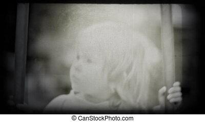 klein meisje, het slingeren, het glimlachen