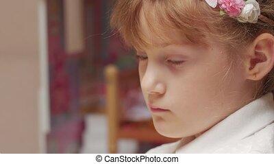 klein meisje, studerend
