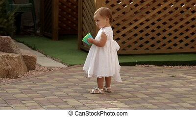 klein meisje, wandelende