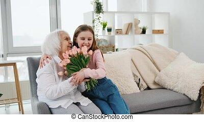 kleindochter, geven, tulpen, grootmoeder