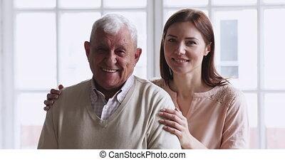 kleindochter, jonge, opa, gezin, twee, hoger portret, generaties