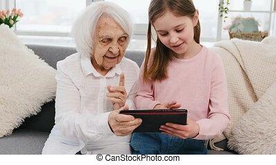 kleindochter, tablet, grootmoeder