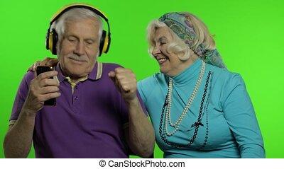 klesten, hugging., klee, genieten, senior, gezin, oud, chroma, middelbare leeftijd , grootouders, paar