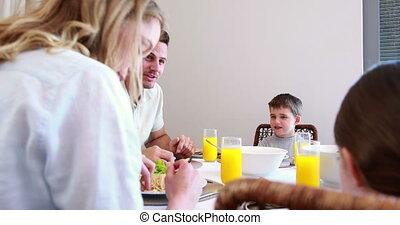 klesten, vrolijke , jonge familie, d