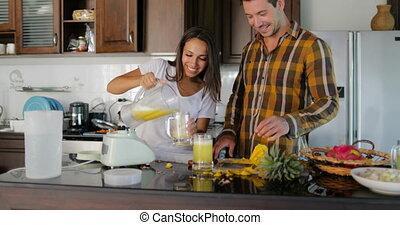 klesten, vrouw, proeft, paar, bril, gieten, sap, samen, man, fris, glimlachen gelukkig, keuken