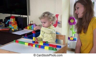 kleurrijke, houten, bakstenen, moeder, kleine, thuis, meisje, tafel, spelend