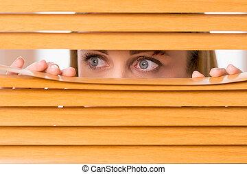 kneuzing, vrouw, buiten, eyes, op, blinds., vrouwlijk, afsluiten, gezicht, het kijken