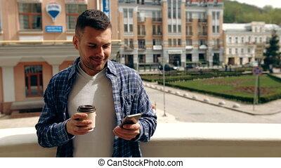 koffie, smartphone, jonge, breken, terwijl, zijn, gebruik, outdoors., het genieten van, man