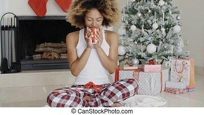 koffie, vrouw, jonge, kerstmis, drinkt, zalig