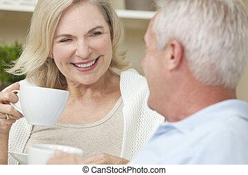 koffie, vrouw, &, thee, paar, drinkt, hogere mens, of, vrolijke