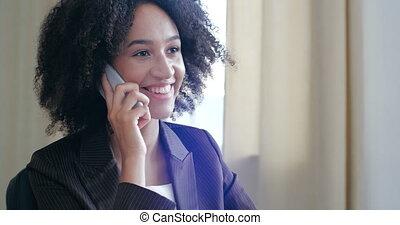 koper, concept, lunchtime., adviseren, communiceren, spreekt, afrikaan, antwoorden, zakelijk, amerikaan, vrienden, vrouw, gebruiken, verticaal, directeur, klanten, omzet, glimlachen, actief, vriendelijk, oproepen, gezin, telefoon, beweeglijk