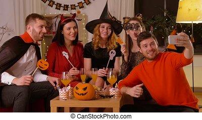 kostuums, boeiend, selfie, vrolijke , halloween, vrienden