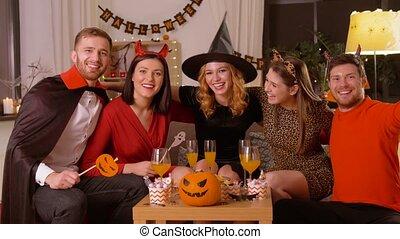 kostuums, vrolijke , halloween partij, thuis, vrienden