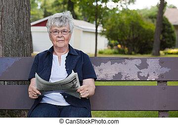krant, oude vrouw, park, lezende
