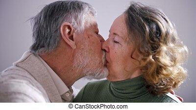 kus, love., eeuwig, oud, vrouw, elkaar, bejaarden, paar., lips., echtgenoot