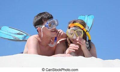 lach, paar, zand, besprekingen, zwemmers, het liggen