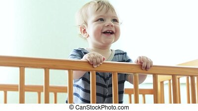 lachen, de voederbak van de baby