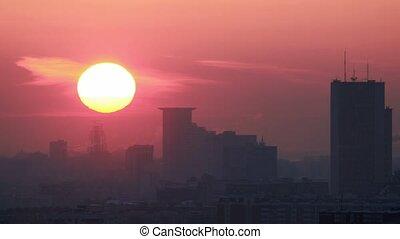 lapse., stad, zon, op, moderne, dalingen, ondergaande zon , horizon., tijd