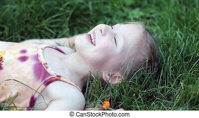 laughin, meisje, gras, het liggen