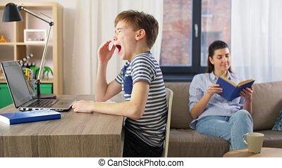 leren, moe, jongen, student, draagbare computer, thuis