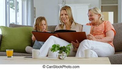 levend, album, het kijken, multi-generation, foto, 4k, familie kamer