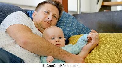 levend, baby, kijkende televisie, vader, jongen, 4k, kamer