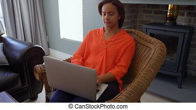 levend, black , draagbare computer, thuis, aanzicht, werkende , 4k, vrouw, voorkamer