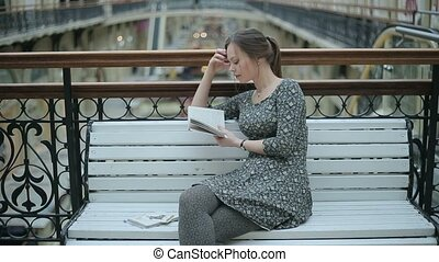 lezende , meisje, boek, jonge, bankje