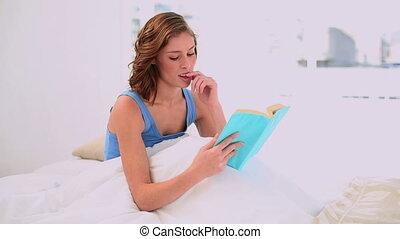 lezende , vrouw, boek, verheugd