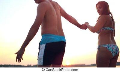 liefde, paar, hebben, jacht, vakantie, duiken, geluk, plezier, concept., sunset., jonge, zee, springen ervandoor