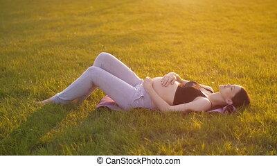 ligt, vrouw, gras, zwangere