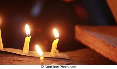 magisch, halloween, ritual., oud, boek, candle., vasthouden, heks