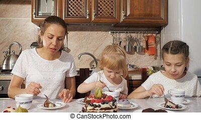 mamma, gezin, thee, keuken, twee, chocolade, jarig, zelfgemaakt, taart, home., hebben, dochter