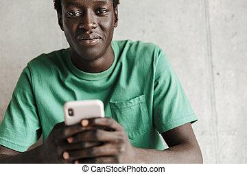 man, binnen, beeld, aantrekkelijk, smartphone, amerikaan, afrikaan, vasthouden