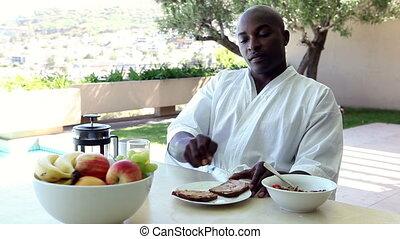 man, buitenshuis, ontbijt, eten