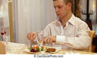 man, eten, restaurant, biefstuk