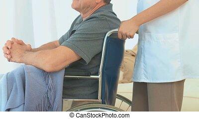 man, het luisteren, wheelchair