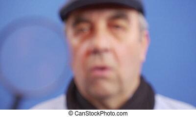 man, information., blik, waardevol, fototoestel, grappig kijken, vergrootglas, middelbare leeftijd