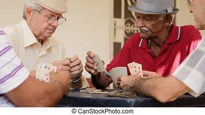 mannen, bejaarden, lachen, kaarten, thuis, het glimlachen, spelend, vrolijke