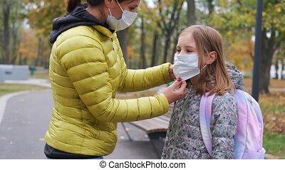masker, dochter, beschermend, het putten, moeder