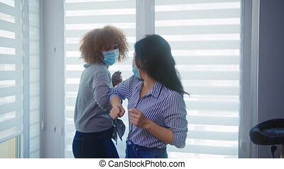 maskers, elke, gedurende, anderen, vrouw, beste vrienden, groet, aziaat, afrikaan, elbow., bezoeken, gezin, coronavirus, gezicht, amerikaan