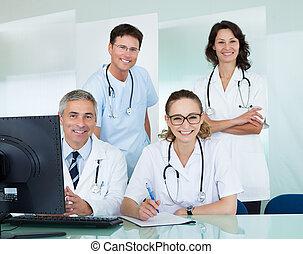 medisch, het poseren, kantoorteam