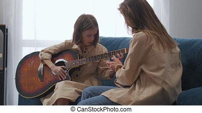 meisje, gitaar, amusement, portie, weekend, haar, spelend, thuis, weinig moeder, het verklaren, gezin