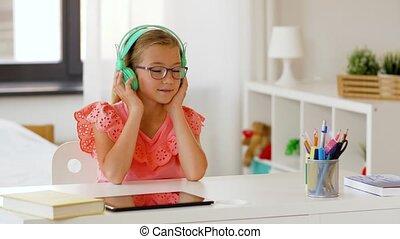 meisje, het luisteren, thuis, muziek, headphones