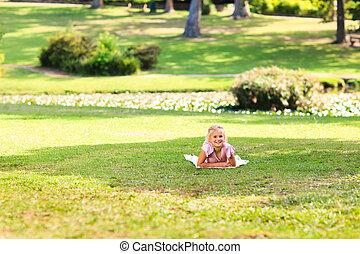 meisje, park, weinig; niet zo(veel)