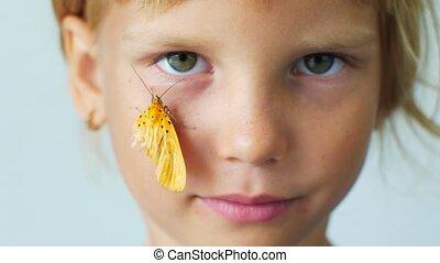 meisje, weinig; niet zo(veel), vlinder, wang, haar