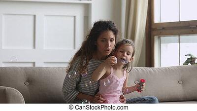 meisje, zeepbellen, schattig, zeep, weinig; niet zo(veel), mama, home.