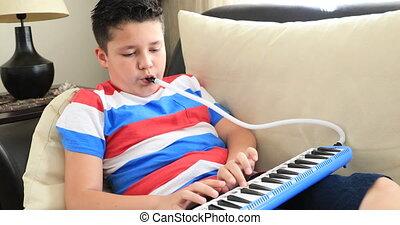 melodica, schooljongen, verticaal, vrolijke , spelend, thuis