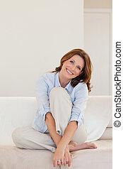 middelbare leeftijd , bankstel, glimlachende vrouw, zittende