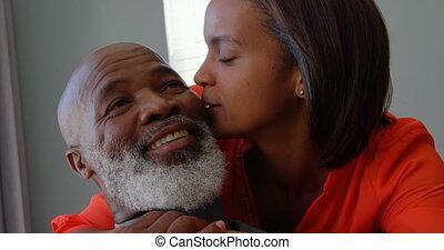 middelbare leeftijd , black , wang, thuis, comfortabel, aanzicht, kussende , mannen, 4k, vrouw, voorkant